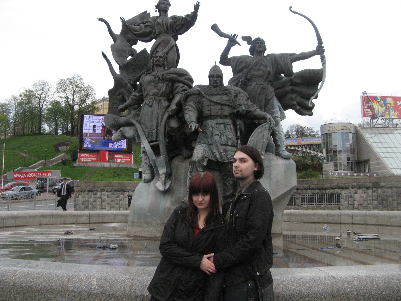 Дюпа и Рике на фоне основателей города