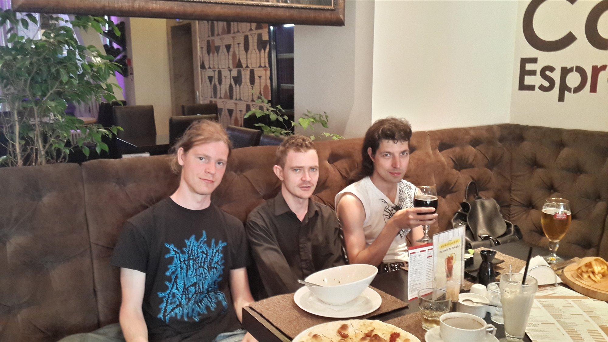 В баре, третий день. (слева направо) димаметал, Кориолан, Лэнс. Фотографирует - Александр...